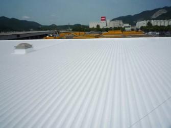 遮熱塗料ミラクール施工実績2010 岡山県飲料メーカー物流管理棟屋根(鋼板) S300クールホワイト施工