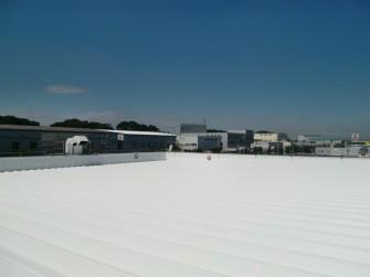 遮熱塗料ミラクール施工写真 埼玉県 自動車ディーラー屋根(鋼板)1,200㎡ S100クールホワイト施工