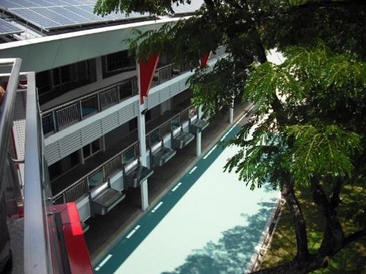 シンガポールのZEBの敷地に塗装された遮熱性舗装